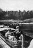 Titre original :  Dr. and Mrs. Alexander Graham Bell in their motorboat Ranzo at Beinn Bhreagh.