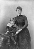 Titre original :  Lady Lougheed and little boy. Photographer/Illustrator: Notman, William and Son, Montreal, Quebec. Image courtesy of Glenbow Museum, Calgary, Alberta.