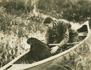 Titre original :  Beaver in canoe with Grey Owl.