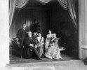 Titre original :  A family group: Miss Margaret Gibson, Miss Eugenia Gibson, Sir John M. Gibson, Lady Gibson and Mr. Hope Gibson.