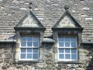 Titre original :    Description English: Acheson House windows The initials are those of Sir Archibald Acheson and his wife, Margaret Hamilton. Acheson was Secretary of State to Charles I. Note the thistle and rose filials above the windows. Date 3 June 2009 Source From geograph.org.uk Author kim traynor  Camera location 55° 57′ 6.75″ N, 3° 10′ 35.48″ W This and other images at their locations on: Google Maps - Google Earth - OpenStreetMap (Info)55.951875;-3.176521