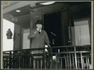 Titre original :  Canada's Prime Minister William Lyon Mackenzie King waves from the observation platform as he leavesto attend the San Francisco Conference .