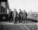 Titre original :  Messrs. O.O. Winter, A.B. Atwater, Charles M. Hays and Alfred W. Smithers at Fort William.