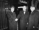 Titre original :  L. to R.: Hon. Paul Martin, Hon. Lester B. Pearson and the Rt. Hon. Louis St. Laurent at Ottawa after Pearson's return from Norway with the Nobel Peace Prize.