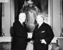 Titre original :  Rt. Hon. W.L. Mackenzie King congratulating Rt. Hon. Louis St. Laurent on his appointment as Prime Minister of Canada, Rideau Hall.