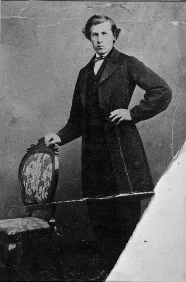 Titre original :  MIKAN 3218126 : Portrait of Sir Wilfrid Laurier in his student days, c 1865 in the formatof a carte-de-visite.