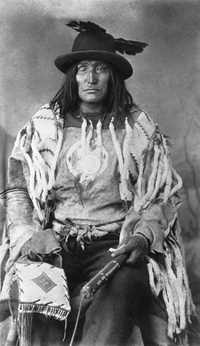 Titre original :  Bull Head, chief of the Sarcee (Tsuut'ina) [ca. 1890-1894].  Photographer/Illustrator: Ross, Alexander J., Calgary, Alberta.  Image courtesy of Glenbow Museum, Calgary, Alberta.