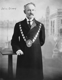 Titre original :  John Dixon, first Mayor of Maple Creek, Saskatchewan. 1904. Image courtesy of Glenbow Museum, Calgary, Alberta.