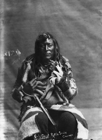 Titre original :  Calf Shirt, minor chief of the Bloods. [ca. 1886].  Photographer/Illustrator: Russell, F. L., Lethbridge, Alberta. Image courtesy of Glenbow Museum, Calgary, Alberta.