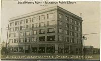 Titre original :  Courtesy Saskatoon Public Library. J.F. Cairns Dept Store No. 4, at corner of 23rd and 2nd Avenue. [ca. 1913]  Creator/Photographer:	Middleton Photo?