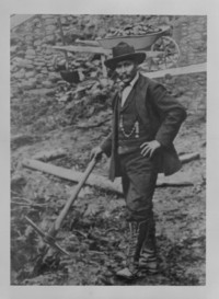 Titre original :  Skookum Jim, Yukon Pioneer. Department of the Interior photographic records (Yukon) [graphic material]. Alpha-numerical series Y - Yukon Territories. Credit: Canada. Dept. of Interior / Library and Archives Canada / PA-044683.