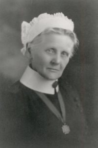 Titre original :  Frances Dalrymple Byron (Redmond). Image courtesy of the BC History of Nursing Society - Memorial Nursing Portrait Collection Fonds 18, Series 3, Subseries 9, File 7.