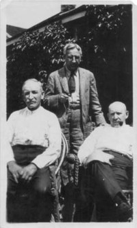 Titre original :  Archives of the Law Society of Upper Canada. Photograph of brothers Robert Fasken, Alexander Fasken (1872-1944), and David Fasken (1860-1929) posed in front of a house. Date: [between 1919 and 1929]. Reference code: 2009006-52P.
