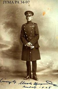 Titre original :  Colonel Maynard Rogers in uniform [ca. 1928]. Image courtesy of Jasper-Yellowhead Museum and Archives (PA 34-97).