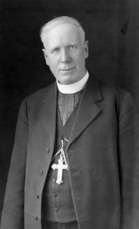 Titre original :  Archbishop Timothy Casey.