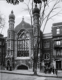 Titre original :    Description English: Photograph, Shaar Hashomayim synagogue, 59 McGill College Avenue, Montreal, about 1910-11, Wm. Notman & Son, Silver salts on glass - Gelatin dry plate process - 25 x 20 cm Français : Photographie, La synagogue Shaar Hashomayim, au 59, avenue McGill College, Montréal, vers 1910-1911, Wm. Notman & Son, Plaque sèche à la gélatine, 25 x 20 cm Date between 1910(1910) and 1911(1911) Source This image is available from the McCord Museum under the access number VIEW-10763 This tag does not indicate the copyright status of the attached work. A normal copyright tag is still required. See Commons:Licensing for more information. Deutsch | English | Español | Français | Македонски | Suomi | +/− Author Wm. Notman & Son