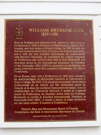 Titre original :    Description English: Historic Sites and Monuments board of Canada plaque on the W Brydone Jack Observatory on University of New Brunswick Campus, Fredericton Date 28 November 2012, 15:16:31 Source Own work Author HazelAB