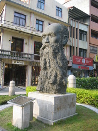 Titre original :    Description English: Statue of George Leslie Mackay in Tamsui, Taipei, Taiwan. Bân-lâm-gú: Má Kai(George Leslie Mackay) siōng, sok î 1995-nî 11-gue̍h (2006-nî 1-gue̍h liap î Tām-tsuí) ‪中文(繁體)‬: 馬偕(George Leslie Mackay)像,塑於1995年11月(2006年1月攝於淡水)。 Date 13 January 2006(2006-01-13) Source Own work Author mingwangx