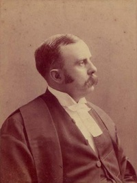 Titre original :    Description English: William Glenholme Falconbridge (1846-1920) in legal robes. Date between 1887(1887) and 1900(1900) Source Law Society of Upper Canada, Reference code: P2227 Author Herbert E. Simpson