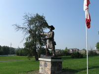 "Titre original :    Description English: Statue of Jesse Lloyd in Lloydtown Ontario at the South-West corner of Rebellion Way and Little Rebellion Rd, depicting him in the Rebellion of 1837 gesturing to the South-East, presumably towards Toronto. There is a matching plaque on the South-East corner. Date 16 August 2009(2009-08-16) Source Own work Author AndroidCat  Camera location 43° 59' 25.05"" N, 79° 41' 45.61"" W This and other images at their locations on: Google Maps - Google Earth - OpenStreetMap (Info)43.990291666667;-79.696002777778"