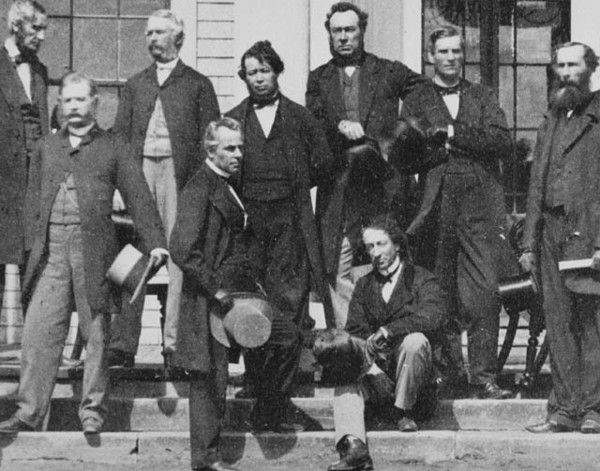 Titre original :  MIKAN 3194513 Delegates who gathered at the Charlottetown Conference to consider the confederation of the British North American colonies. Sept. 1864 [66 KB, 640 X 502]