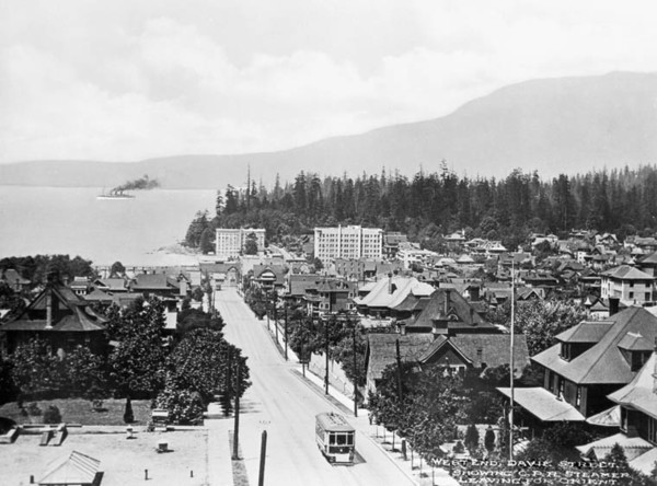 Titre original :  MIKAN 3334879 West End, Davie Street showing C.P.R. (Canadian Pacific Railway) Steamer leaving for Orient. ca. 1900-1925 [96 KB, 760 X 563]