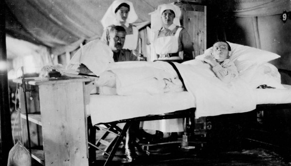 Titre original :  Wounded World War Canadian soldier in No. 2 Hospital, with visitor and attending nurses.