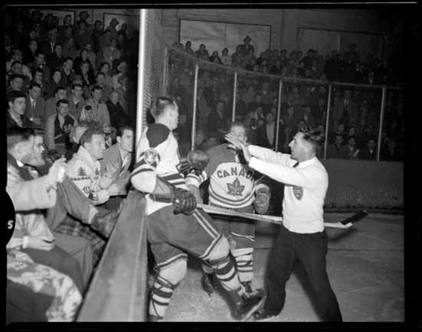 Titre original :  Archives Photos of the Day: Hockey » Vancouver Blog Miss604